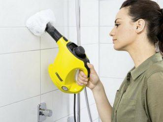 Nettoyage de la salle de bain avec un aspirateur balai